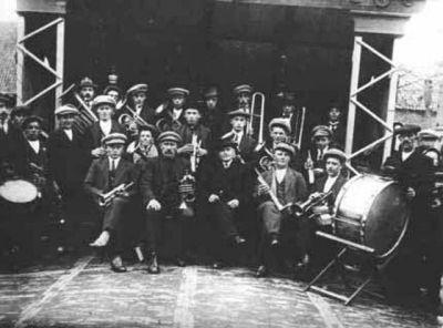 De eerste foto van KNA, gemaakt in 1924 in de muziektent op de Dam in Nieuwpoort.