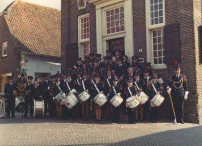 KNA in zijn in 1964 aangeschafte uniform en met vaandel voor het stadhuis anno 1973.