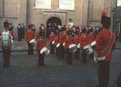 De vereniging in het in 1978 gekochte uniform tijdens een concert voor de Nederlands Hervormde kerk in Nieuwpoort.