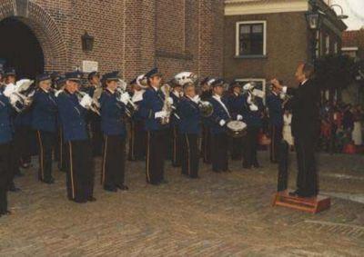 De fanfare in het 'oude uniform' van 1978. De muzikanten van KNA hebben dit uniform tot 1998 gedragen.